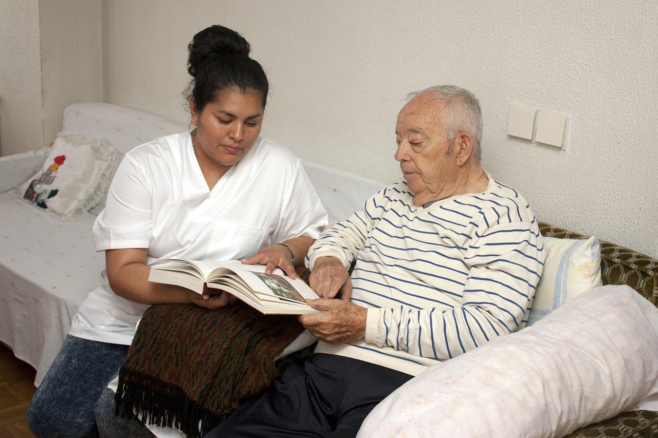 Frau liest mit einen Mann ein Buch