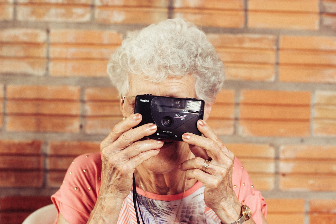Frau mit Digital Kamera in der Hand