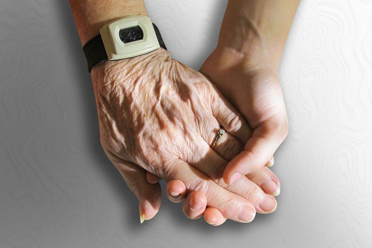 Zwei Hände die sich gegenseitig fest halten