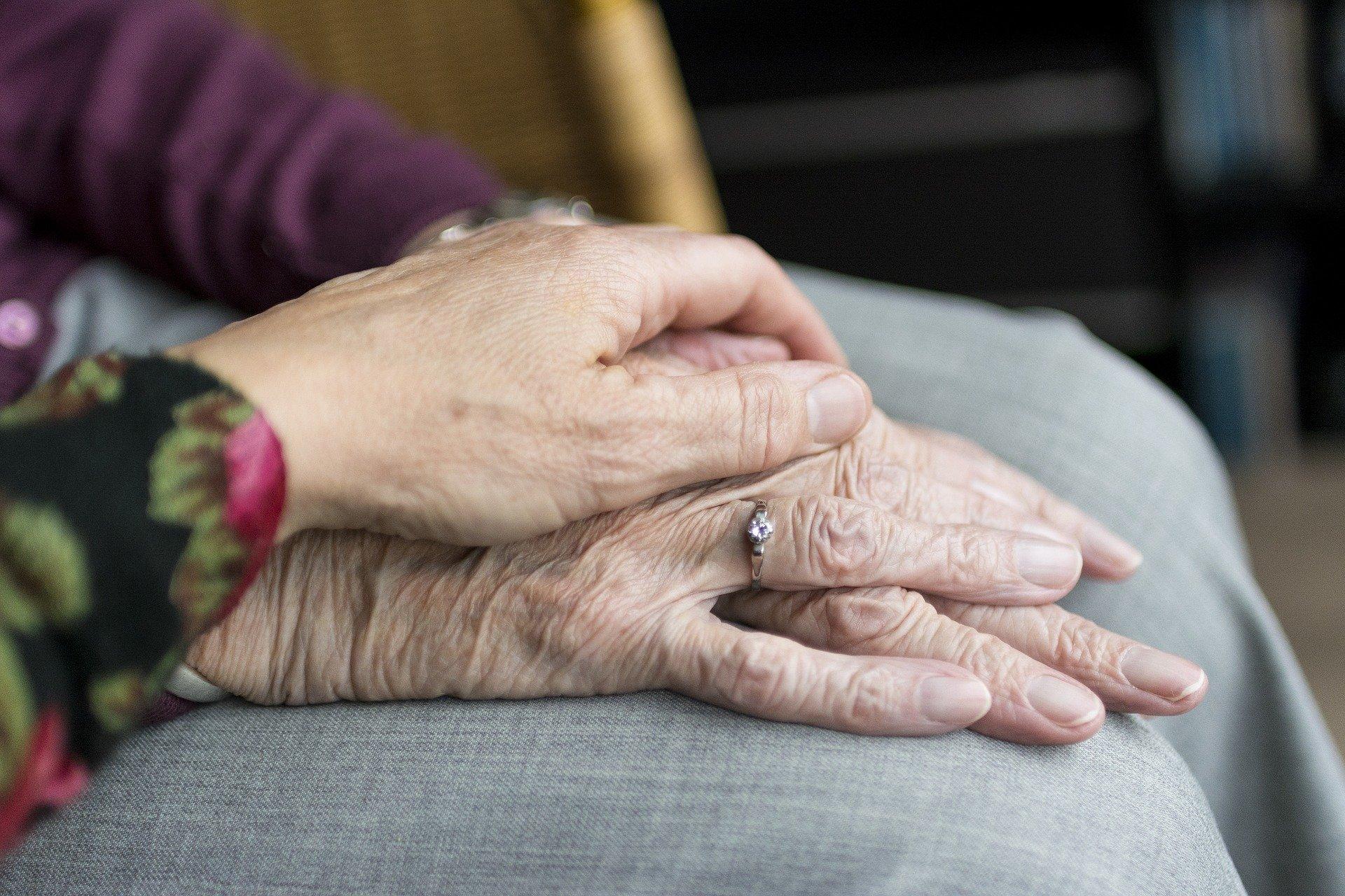 Zwei Hände die sich gegenseitig berühren